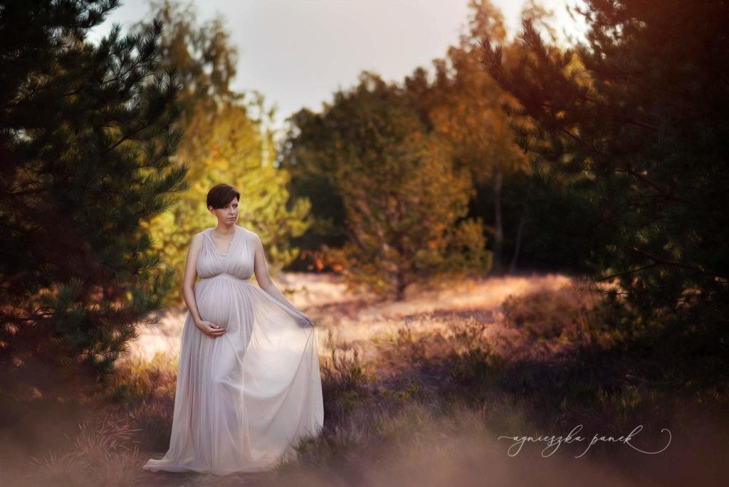 sesja ciążowa brzuszkowa w warszawie na wrzosowisku